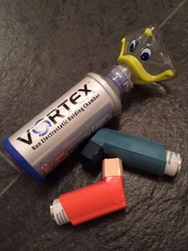 LadyGagas Inhalator und ihre Medikamente – immer griffbereit in unserem Haus. Die Vorschaltkammer ist bei Kindern Usus, da sie so den Wirkstoff besser einatmen können.