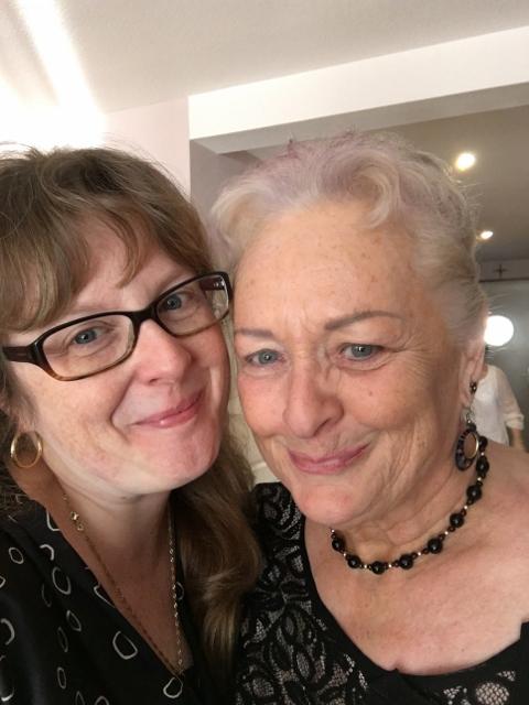 Foto mit meiner Mami an ihrem 70. Geburtstag diesen Februar. Sie lebt und liebt ihr Leben mit vollem Einsatz und bereut nichts. Sie ist übrigens mit 40 mit Sack und Pack (also auch mit mir...) nach Südamerika ausgewandert. Eine tolle Frau - meine Mami!