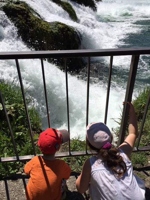 Beide Kinder haben gerade ihre Grenzen überschritten. Hier sind sie übrigens am Rheinfall.